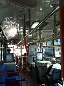 京都の市バス内の風景