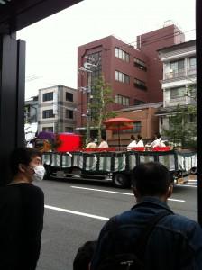 京都の葵祭(?)の神主さんがトラックで運ばれていました。