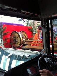 バスの中から見た巫女さん
