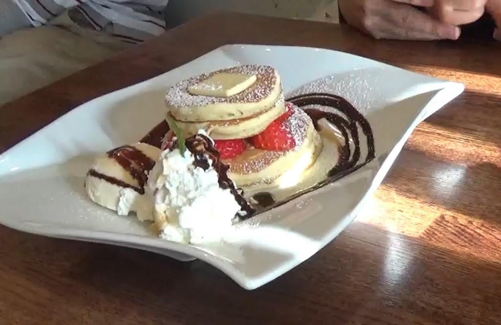 苺のパンケーキ(チョコソース版)