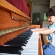 ピアノを弾く賢い子ども