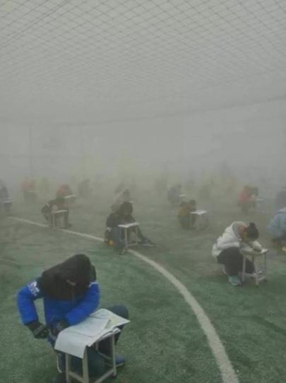 中国で行われたカンニング防止のためのテストは校庭の砂嵐の中のような状況で行われたという画像キャプチャ