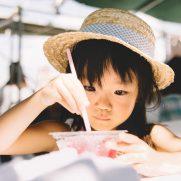 受験勉強に疲れ、一休みする子どものイメージ画像