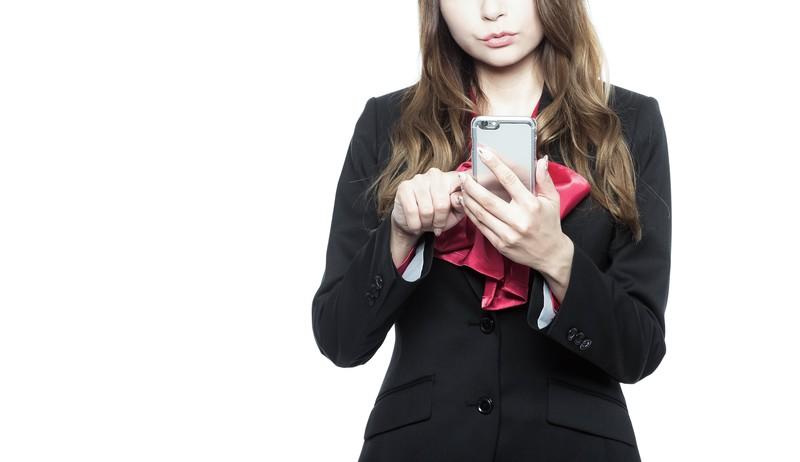 格安SIMの料金プランを選ぶのに悩む女性画像