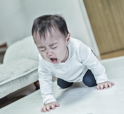 癇癪を起こして狂ったように泣き叫ぶ赤ちゃんのイメージ画像