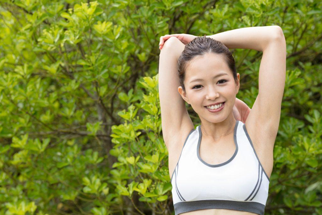 気持ち良い汗を流す女性の画像