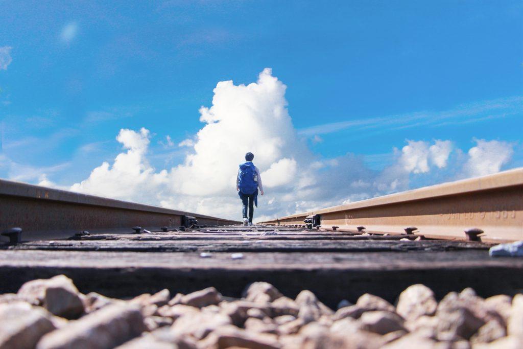一人旅をする若者のイメージ画像