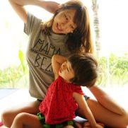 親子で仲良く運動(ヨガ)をしている画像(イメージ)