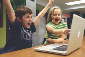 オンライン英会話を楽しむ子供のイメージ画像(外人)