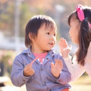 ベビーパークの勧誘についての噂話をする子供(イメージ画像)