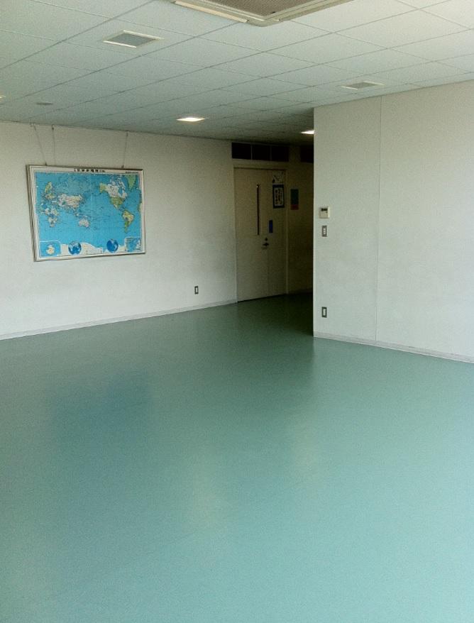 精華小学校の廊下が広いという画像(壁には絵画もあり)