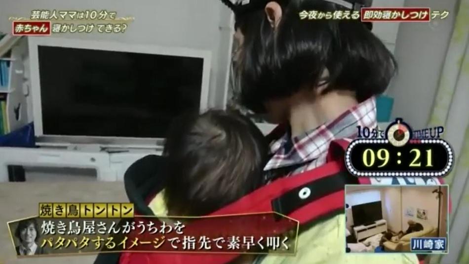 赤ちゃんを10分間で寝かしつけるためのスゴ技テクニック「焼き鳥トントン」をカリスマ保育士まあ先生から伝授してもらった金田朋子さんが実践している画像