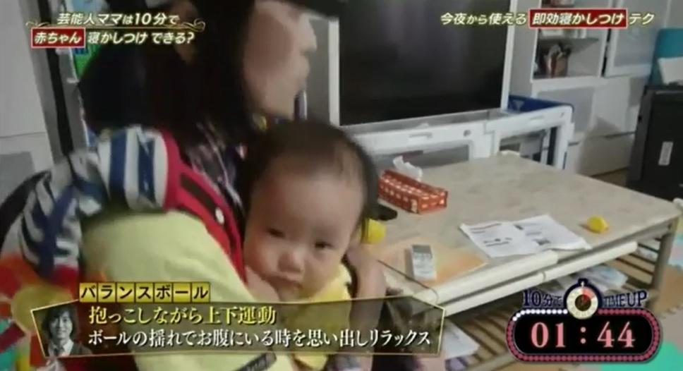 赤ちゃんを10分間で寝かしつける即効寝かしつけテクニック「バランスボールで上下運動」を実践している金田朋子さん・森渉さんさんの画像