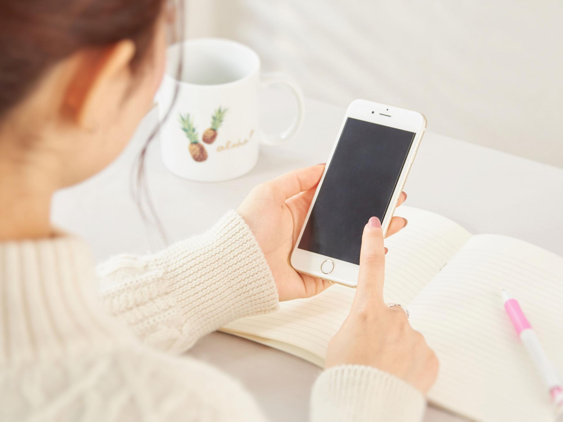 マックのフリーワイファイをアプリで便利に使いこなす女性のイメージ画像