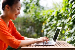 クラウドワークスで自分らしく快適に働く女性の平均年収・月収・時給のイメージ画像(アイキャッチ)