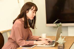 家庭教師あすなろでバイトするために申込みフォームを送信する大学生