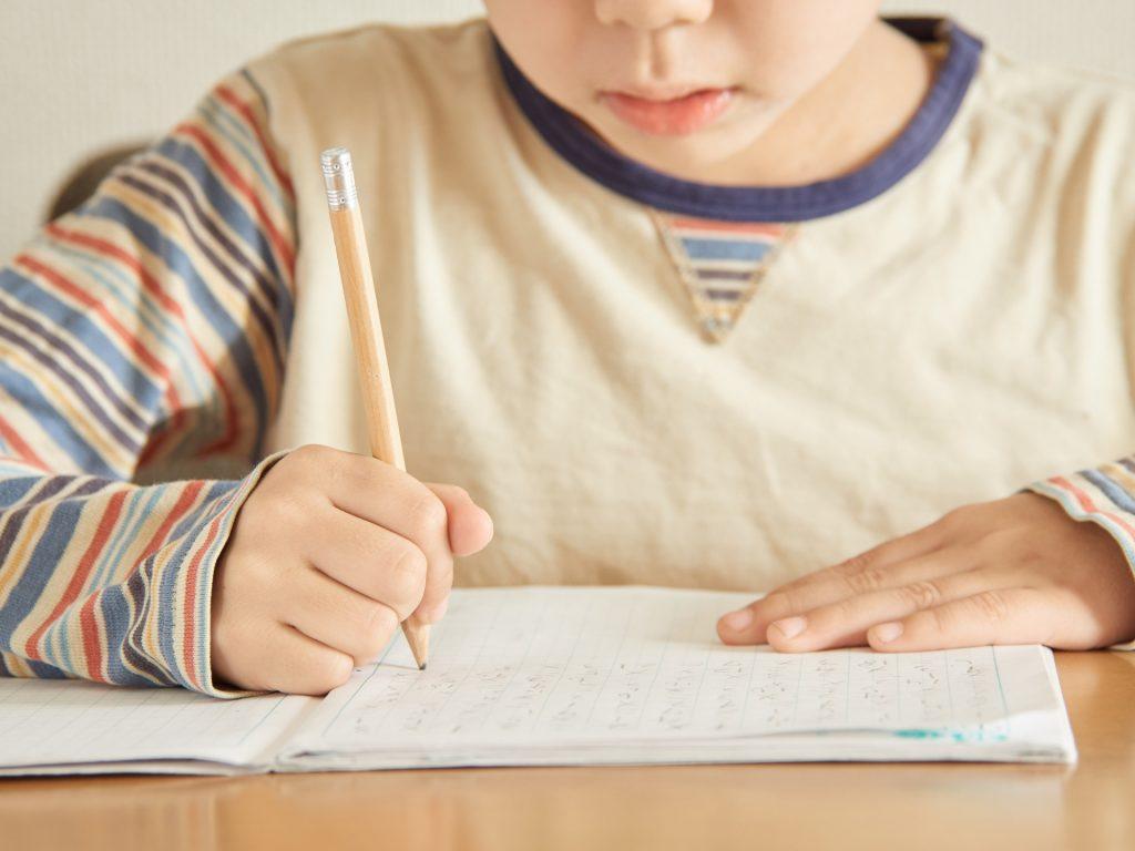 家庭教師ノーバスの指導によって勉強を楽しめるようになり、成績が上がった子ども