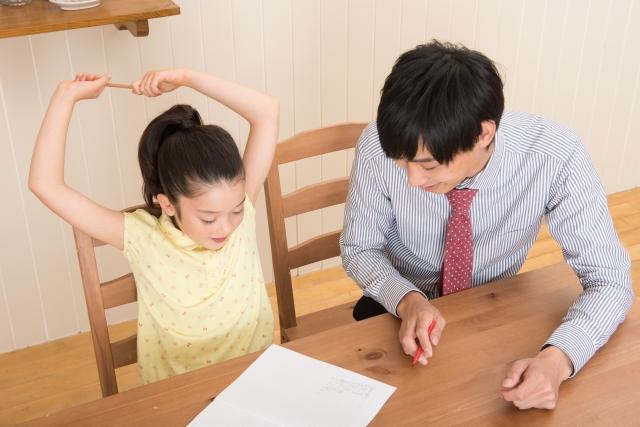 中学受験家庭教師ドクターのプロ講師から無料体験を受ける女の子