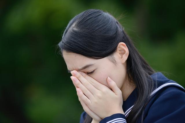 家庭教師のあすなろの教材費が高いと泣く女子中学生