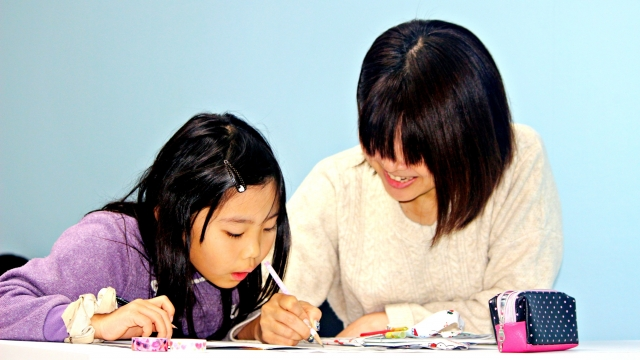 家庭教師のあすなろ「発達障害コース」近くで小声で話す家庭教師