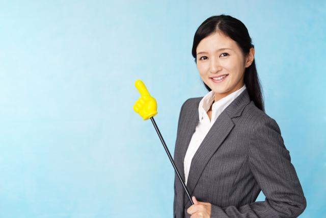 オンライン家庭教師e-Liveの特徴一覧表を案内する女性