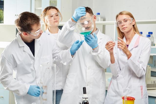 スタディサプリだけで中学受験しようとする小学生に理科を教えるため実験をする先生