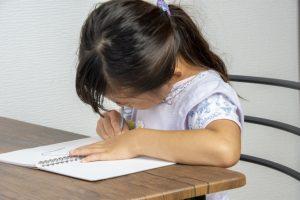 新1年生のサピックス入室テストで思考力を問われている女の子