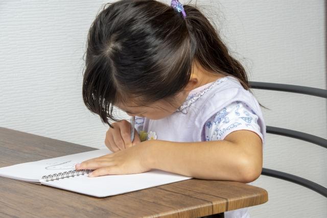 サピックス小2の夏期講習のカリキュラムで勉強する女の子
