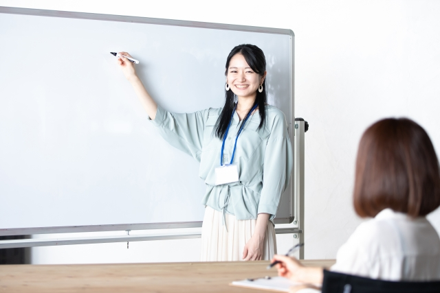 家庭教室のノーバスのオンライン家庭教師Nettyの活用について教えてくれる女性